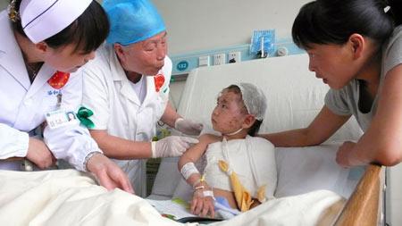 武汉协和医院:年纪最大的护士照顾最小的伤员图片