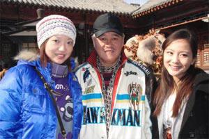 李佳薇前天到沈阳片场探本地女艺人美心(右),被中国导演赵本山(中)邀戏。