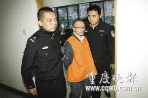 庭审结束后,张安智被法警带离法庭。 记者 杨帆 摄
