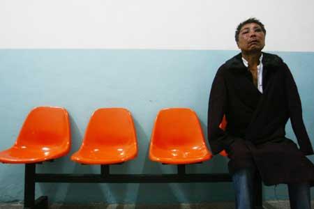 男子在医院接受救治 记者 王振东