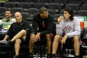 图文:[NBA]火箭VS马刺  斯科拉巴蒂尔交谈