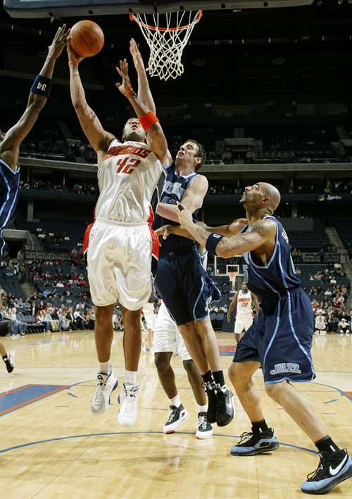 图文:[NBA]爵士VS山猫 肖恩-梅内线强攻