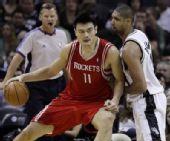 图文:[NBA]火箭VS马刺 姚明单打邓肯
