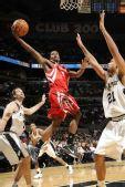 图文:[NBA]火箭VS马刺 布鲁克斯强突内线