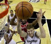 图文:[NBA]火箭VS马刺 兰德里背后偷袭篮板
