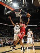图文:[NBA]火箭VS马刺 麦迪篮下左手强攻