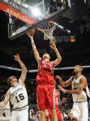 图文:[NBA]火箭VS马刺 姚明内线上篮得手