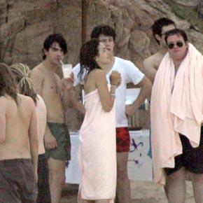 两人身裹浴巾