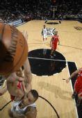 图文:[NBA]火箭负马刺 姚明封盖希尔上篮