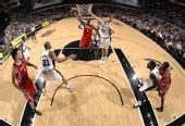 图文:[NBA]火箭负马刺 布鲁克斯单手跳投