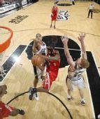 图文:[NBA]火箭负马刺 布鲁克斯突入内线上篮