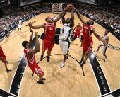 图文:[NBA]火箭负马刺 芬利摘下篮板
