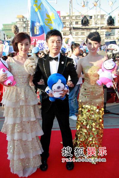 """08东南音乐劲爆榜现场 主持人抱吉祥物""""乐乐"""""""