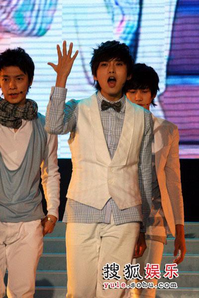 08东南音乐劲爆榜现场精彩图片 SJ-M激情热舞