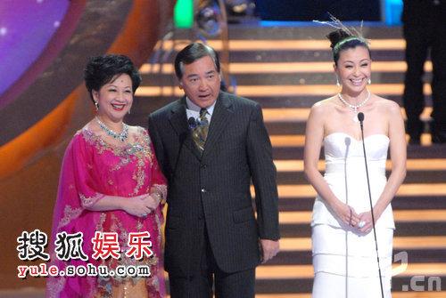 颁奖现场:薛家燕、伍咏薇登台讲话 秦沛面带笑容甘退后