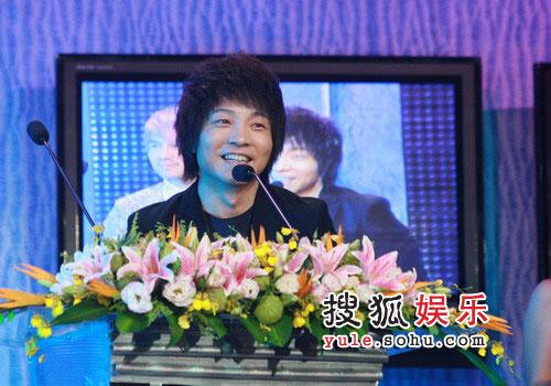 08东南音乐劲爆榜现场图片 许巍获奖欢喜