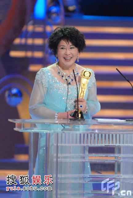 颁奖现场:李司棋获我最喜爱的电视女角色奖