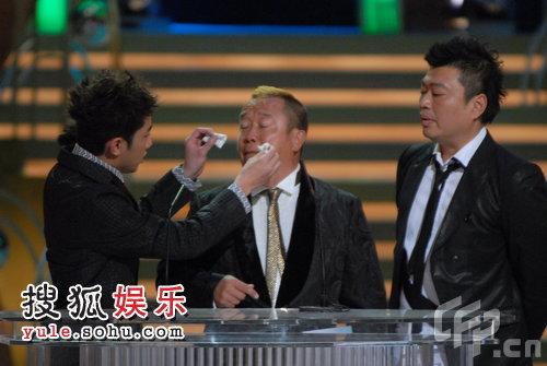 2008TVB台庆颁奖现场:王祖蓝、曾志伟玩断臂 阮兆祥冷眼旁观
