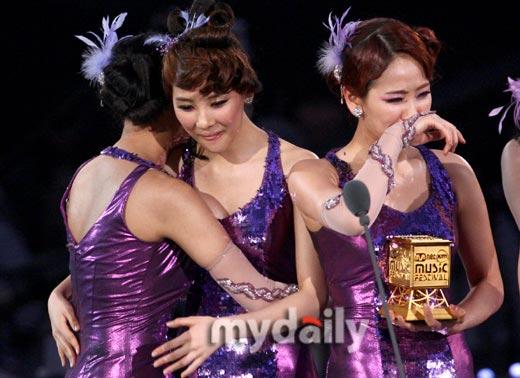 Wonder Girls获年度歌曲奖后在台上泣不成声