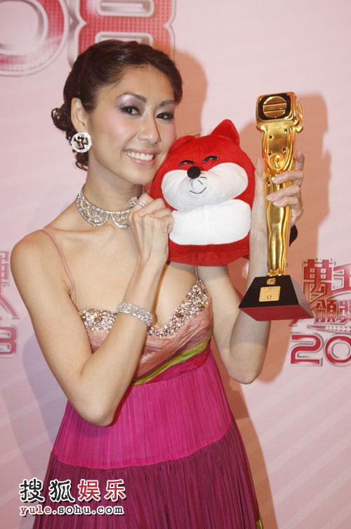 飞跃进步女艺员胡定欣 接受搜狐专访与狐狸合影