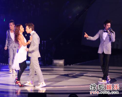独家美图:李孝利与G-Dragon亲密接触