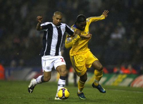 图文:[英超]西布朗0-3切尔西 德罗巴抢球