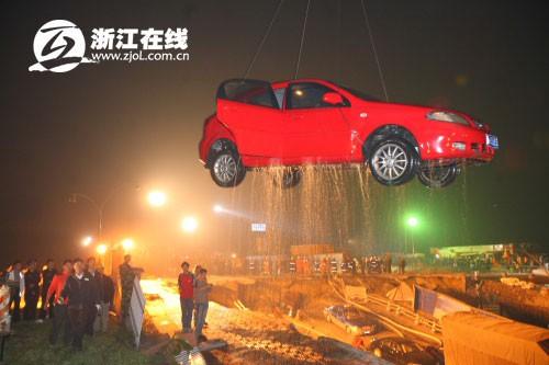 受困车辆被吊上来