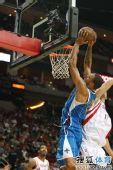 图文:[NBA]火箭胜黄蜂 钱德勒强攻篮下