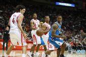 图文:[NBA]火箭胜黄蜂 斯科拉紧盯篮球