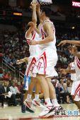 图文:[NBA]火箭胜黄蜂 斯科拉双手上篮