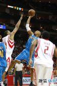 图文:[NBA]火箭胜黄蜂 韦斯特单手后仰投篮