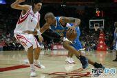 图文:[NBA]火箭胜黄蜂 韦斯特欲突破斯科拉