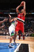 图文:[NBA]开拓者胜森林狼 罗伊强行上篮