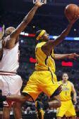 图文:[NBA]步行者负公牛 福特反身上篮