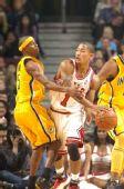 图文:[NBA]步行者负公牛 罗斯持球观察