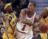 图文:[NBA]步行者负公牛 罗斯面对防守欲传球