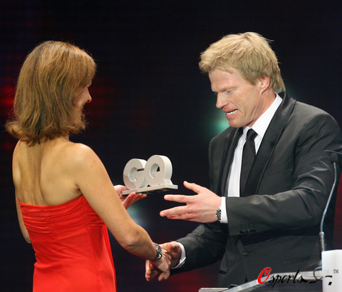 卡恩接受奖杯