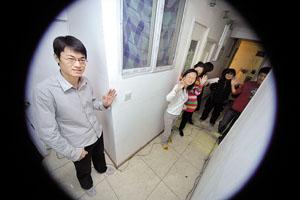 306室过道,约一米宽,是房客们每天相遇最多的地方