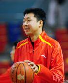 图文:CBA云南VS八一赛前热身 王治郅笑容灿烂
