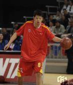 图文:CBA云南VS八一赛前热身 莫科运球热身