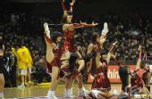 图文:山东VS天津 啦啦队员高难度舞蹈