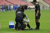 图文:[中超]上海3-2长春 宗垒接受治疗