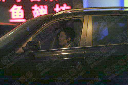 眼镜男司机在门口等小宋佳