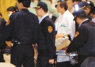 禁食五天的陈水扁,昨晚被台北看守所送到台北县板桥市亚东医院就医。警方层层保护,避免让躺在推床上的陈水扁曝光。