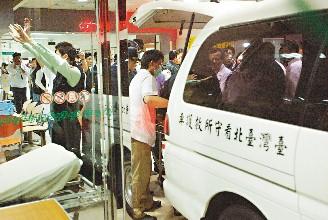 为了不让记者拍到陈水扁,救护车直接倒车进入急诊处。