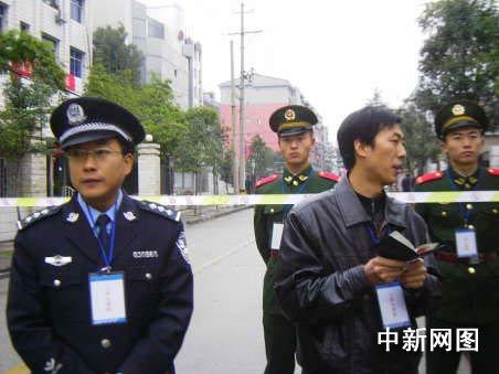 记者正在采访警戒人员。