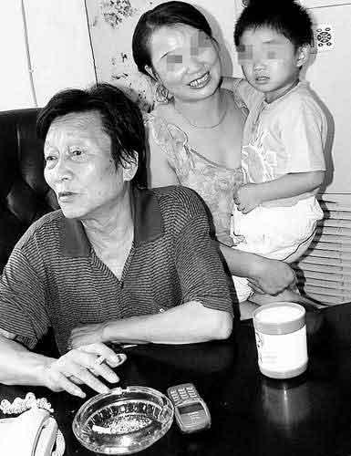 年广九和第四任妻子陈惠芳及儿子(资料图片)