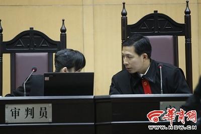 安康中院刑庭审判员杨康波(右)担任二审审判长