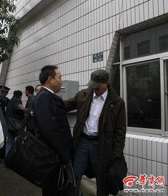 律师和郝劲松是第一次见面 摄影记者 杜文杰