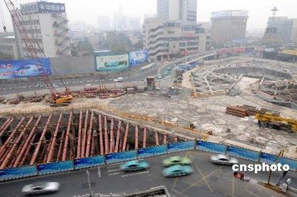 11月15日下午3时许,杭州风情大道地铁工地发生大面积地面塌陷事故,造成地面长75米、深15米的塌陷,多辆行驶中的车辆坠入塌陷处,造成严重人员伤亡事故。杭州地铁工程于11月16日已经全线暂停施工,待安检部门检查确认没有安全隐患后再行施工。中新社发宋健浩 摄